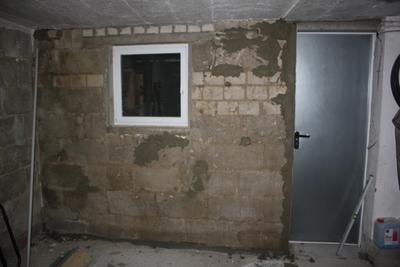 Grundierte Wandfläche (stellenweise bereits mit Putz)