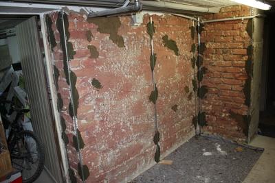 Kellerwand mit Putzschienen