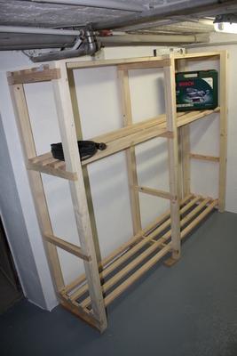 Neues Holzregal