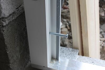 Nebeneingangstür: Fensterrahmenschrauben